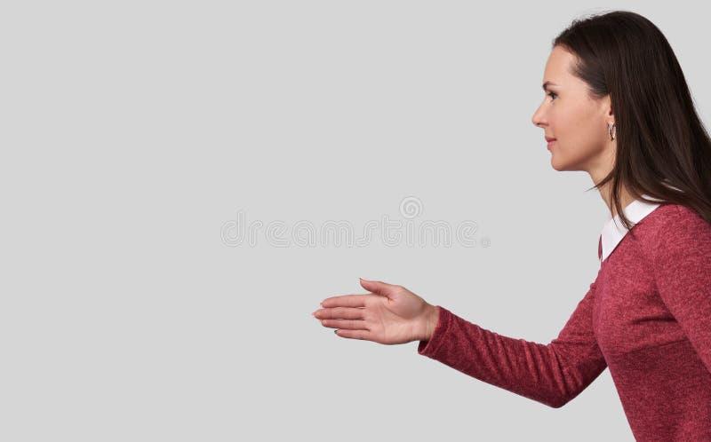Belle femme d'affaires se serrant la main photos libres de droits