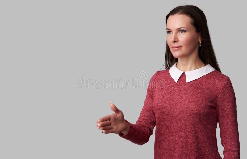 Belle femme d'affaires se serrant la main photos stock