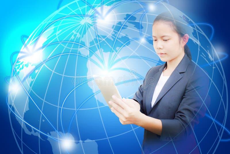 Belle femme d'affaires tenant le comprimé et l'utilisation pour rechercher l'information ou relier le media social illustration libre de droits