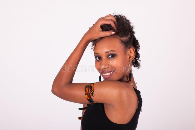 Belle femme d'Afro-américain avec les poils bouclés sur le wh photo stock