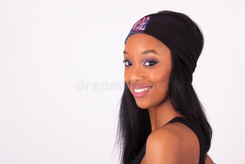 Belle femme d'Afro-américain utilisant un bandeau d'isolement dessus photographie stock