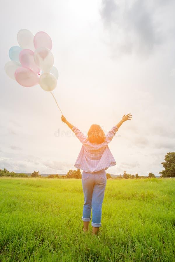 Belle femme d'asin heureux avec les ballons colorés image stock