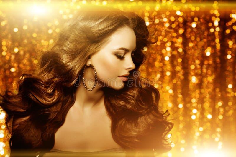 Belle femme d'or de mode, modèle avec long v sain brillant photographie stock
