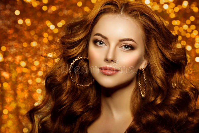 Belle femme d'or de mode, modèle avec long v sain brillant images stock