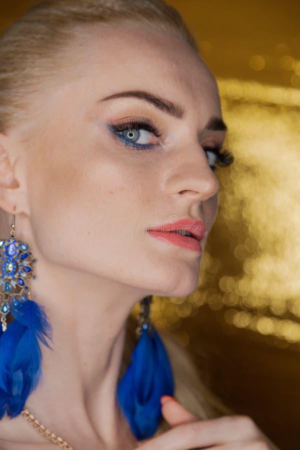 Belle femme d'or de mode, modèle avec de longs cheveux sains brillants de volume Coiffure de volume d'updo de boucles de vagues S images libres de droits
