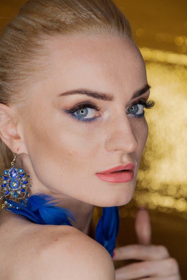 Belle femme d'or de mode, modèle avec de longs cheveux sains brillants de volume Coiffure de volume d'updo de boucles de vagues S image stock