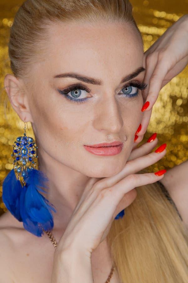 Belle femme d'or de mode, modèle avec de longs cheveux sains brillants de volume Coiffure de volume d'updo de boucles de vagues S photo libre de droits