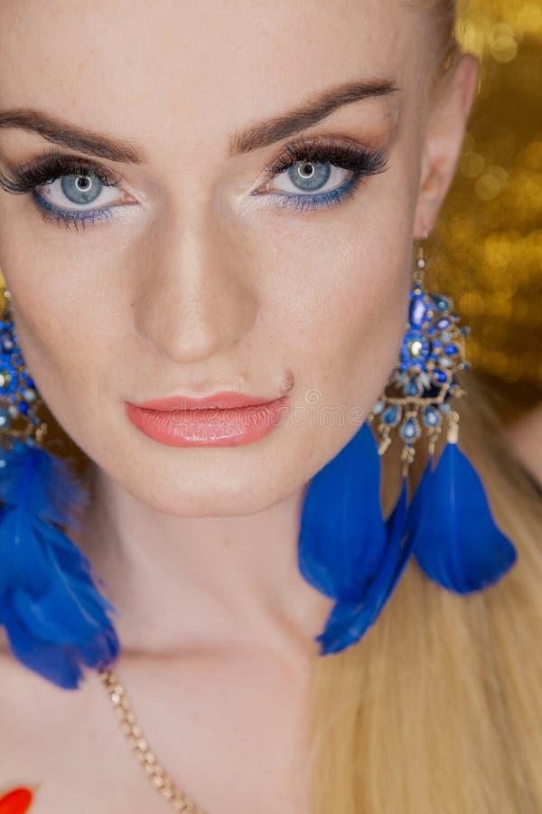 Belle femme d'or de mode, modèle avec de longs cheveux sains brillants de volume Coiffure de volume d'updo de boucles de vagues S photographie stock