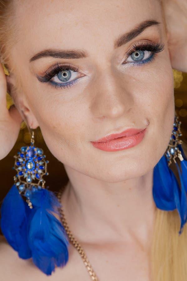 Belle femme d'or de mode, modèle avec de longs cheveux sains brillants de volume Coiffure de volume d'updo de boucles de vagues S photo stock
