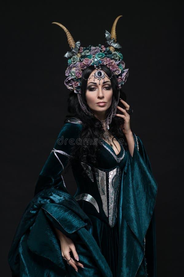 Belle femme d'elfe d'imagination dans la couronne florale photographie stock