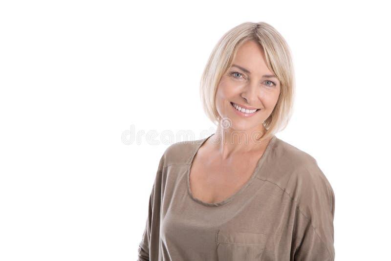 Belle femme d'isolement attirante blonde plus âgée souriant avec le whi photo libre de droits