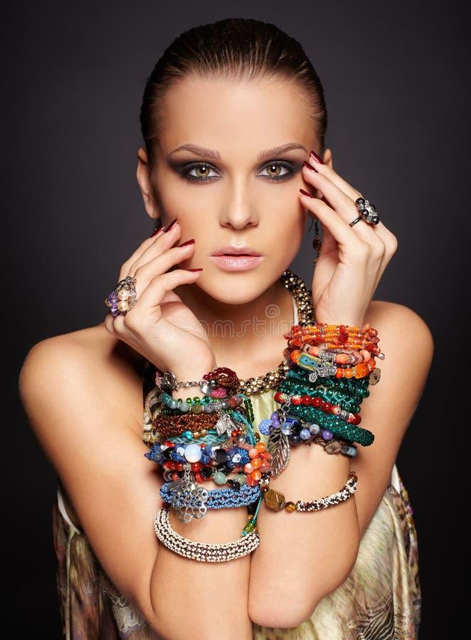 Belle femme dans des bracelets images stock