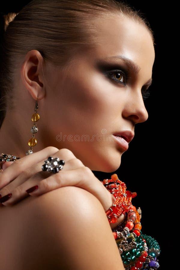Belle femme dans des bracelets photographie stock libre de droits