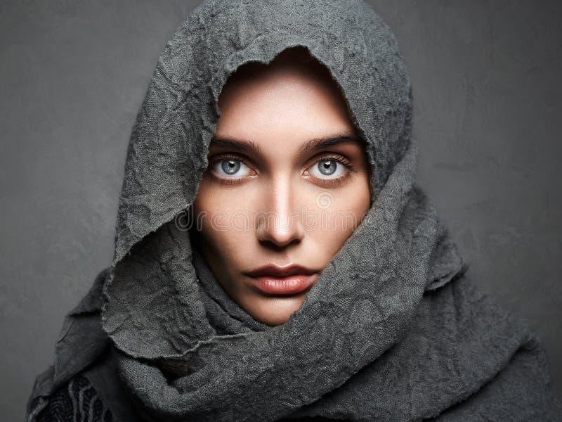Belle femme dans l'écharpe mode Arabe photographie stock