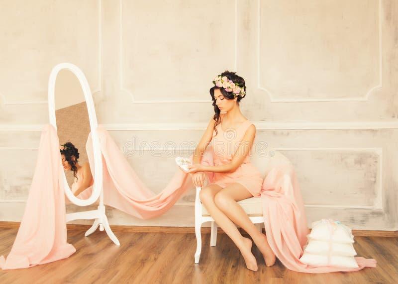 Belle femme dans l'intérieur de luxe de vintage photo libre de droits