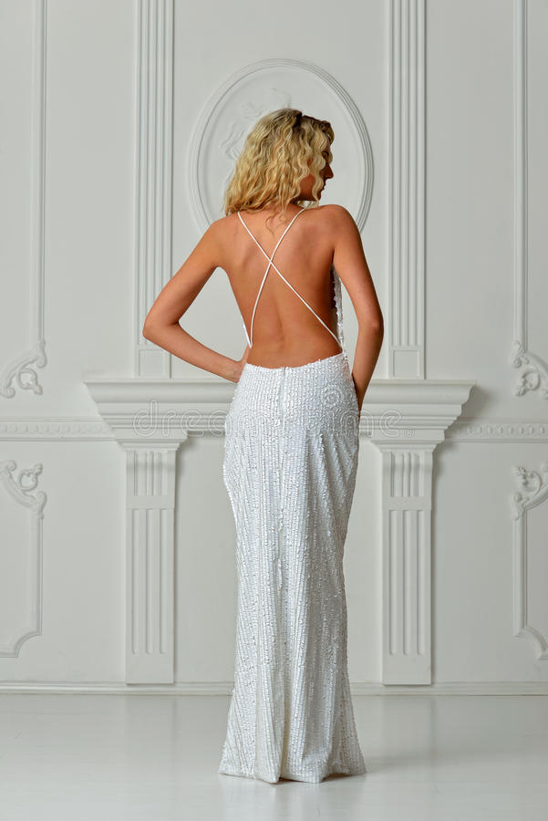 Belle femme dans la longue robe sexy avec le dos nu. photographie stock