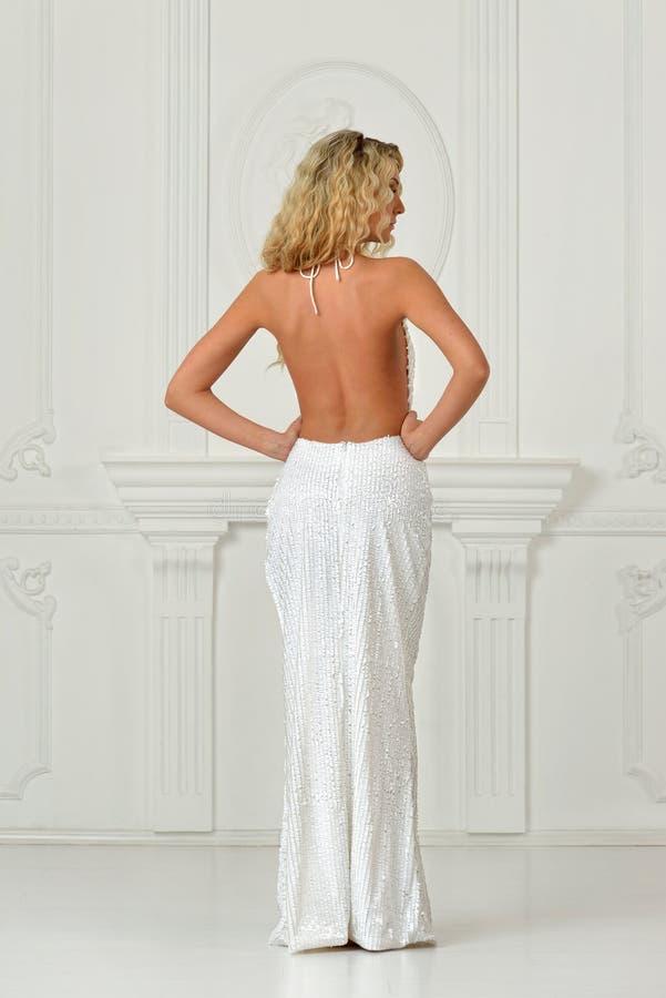 Belle femme dans la longue robe sexy avec le dos nu. image stock