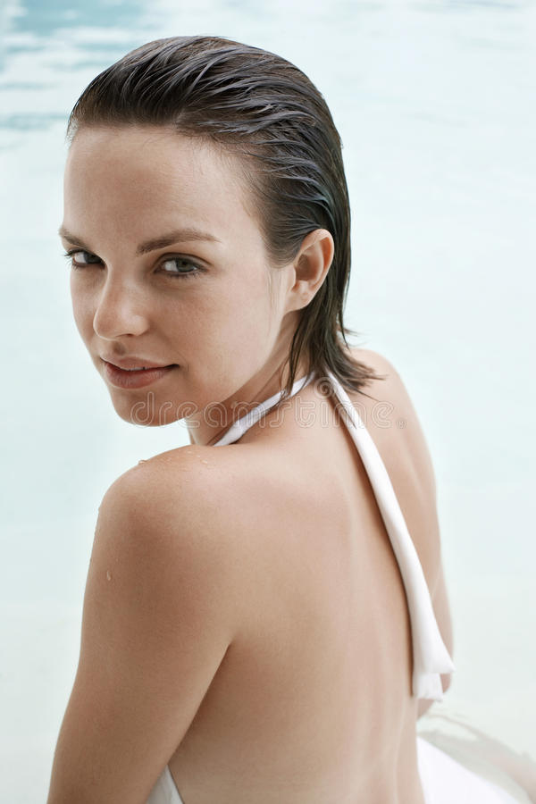 Belle femme dans la piscine images libres de droits