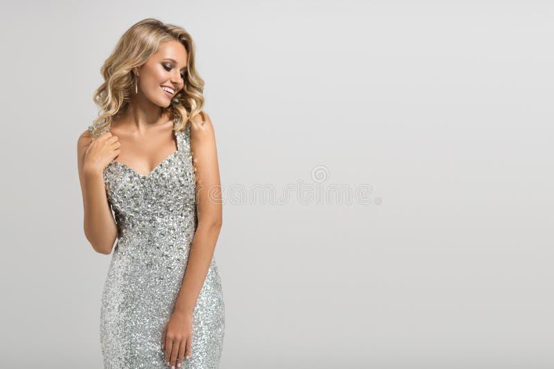 Belle femme dans la robe argentée brillante photographie stock libre de droits
