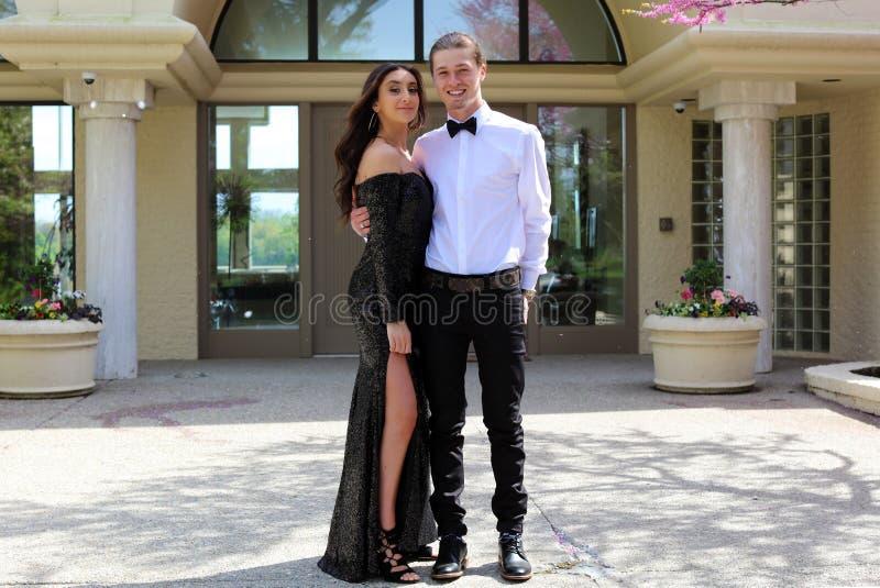Belle femme dans la robe arrière de bal d'étudiants et type beau dans le costume, adolescent sexy prêt pendant une nuit de luxe photos stock