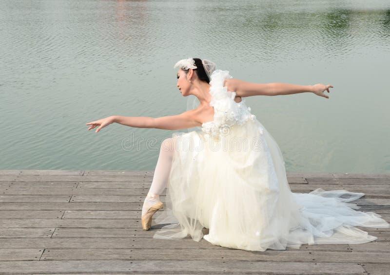 Belle femme dans la robe blanche de la danse de mariée photo libre de droits