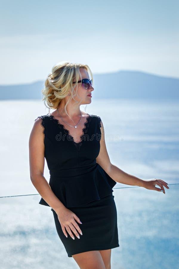Belle femme dans la robe contre la mer photographie stock