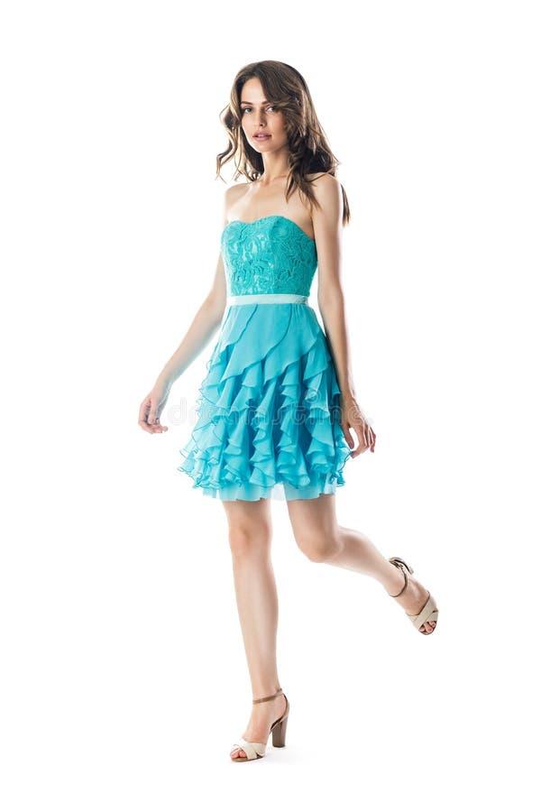 Belle femme dans la robe de cocktail de turquoise dans le mouvement photos libres de droits