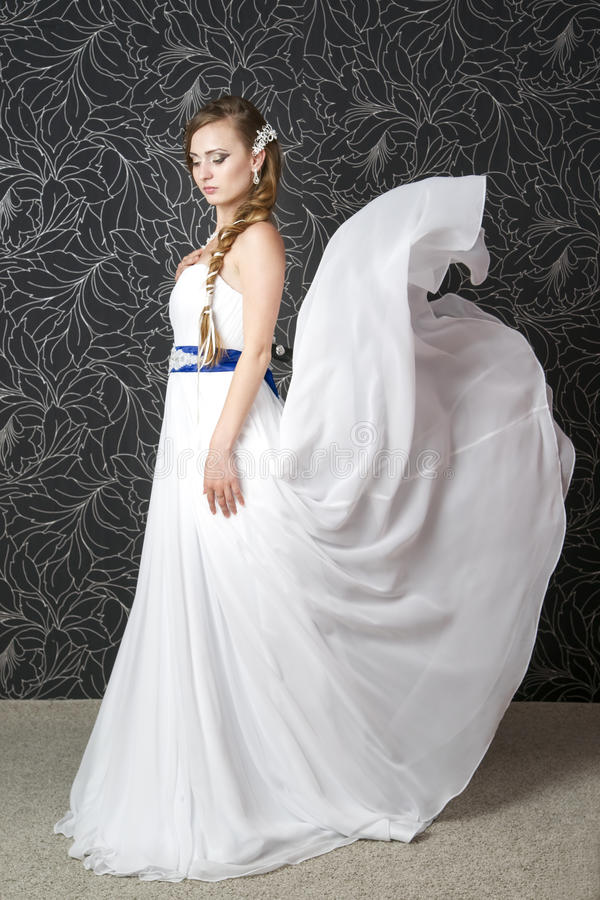 Belle femme dans la robe de mariage blanche image libre de droits