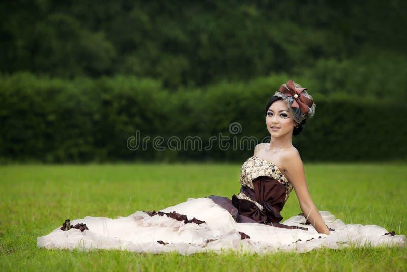 Belle femme dans la robe de robe formelle au parc image libre de droits
