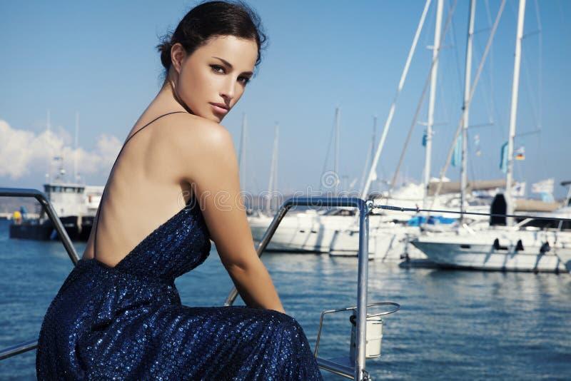 Belle femme dans la robe de scintillement photo stock