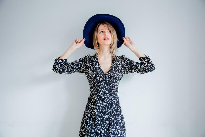 Belle femme dans la robe et le chapeau à la mode photo stock