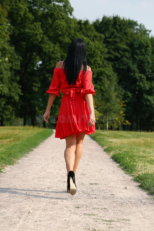 Belle femme dans la robe rouge photos stock