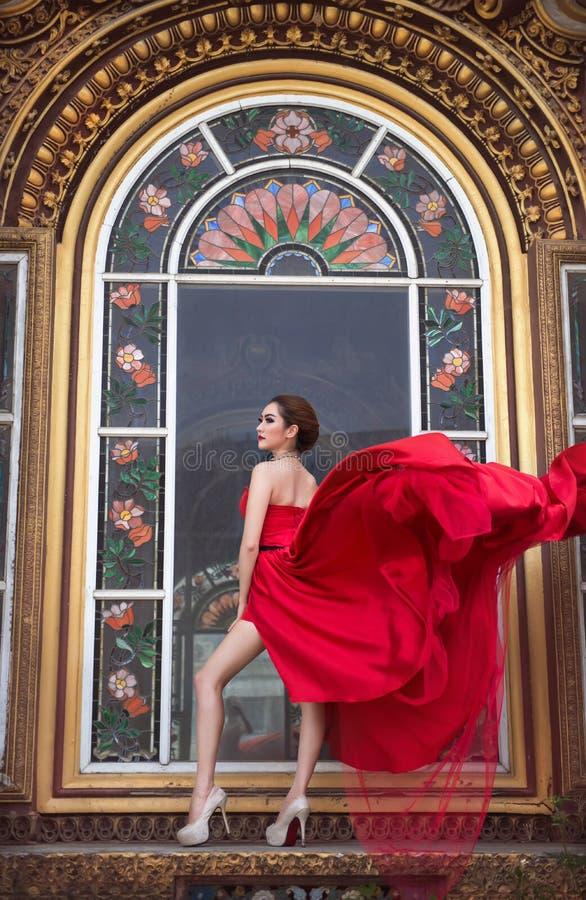 Belle femme dans la robe rouge photo stock