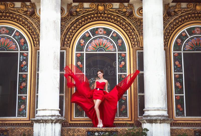 Belle femme dans la robe rouge images stock