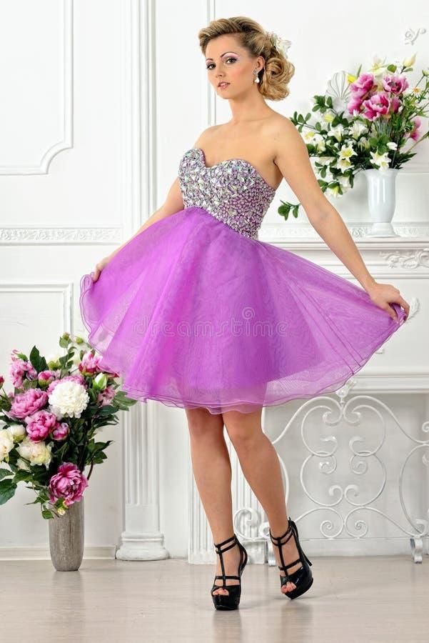 Belle femme dans la robe violette dans le studio de luxe. photo libre de droits