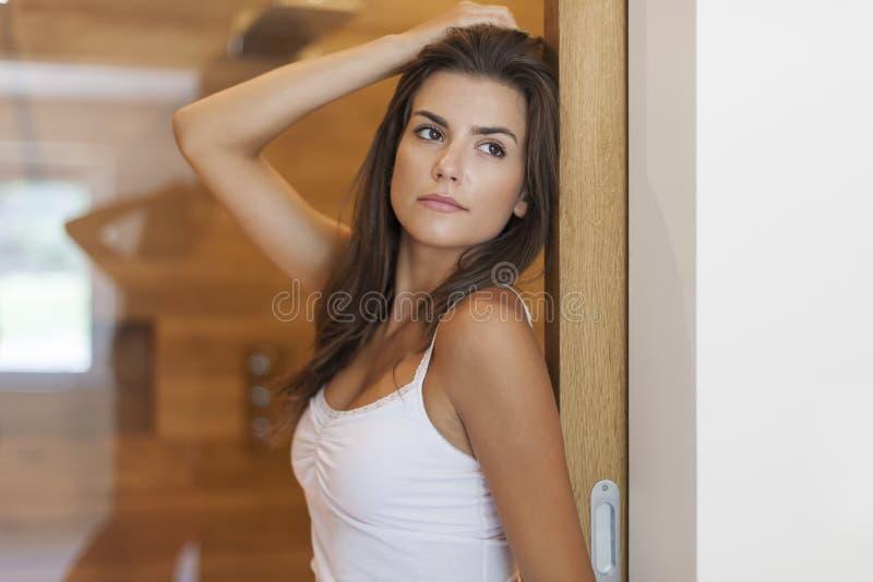 Belle femme dans la salle de bains images stock