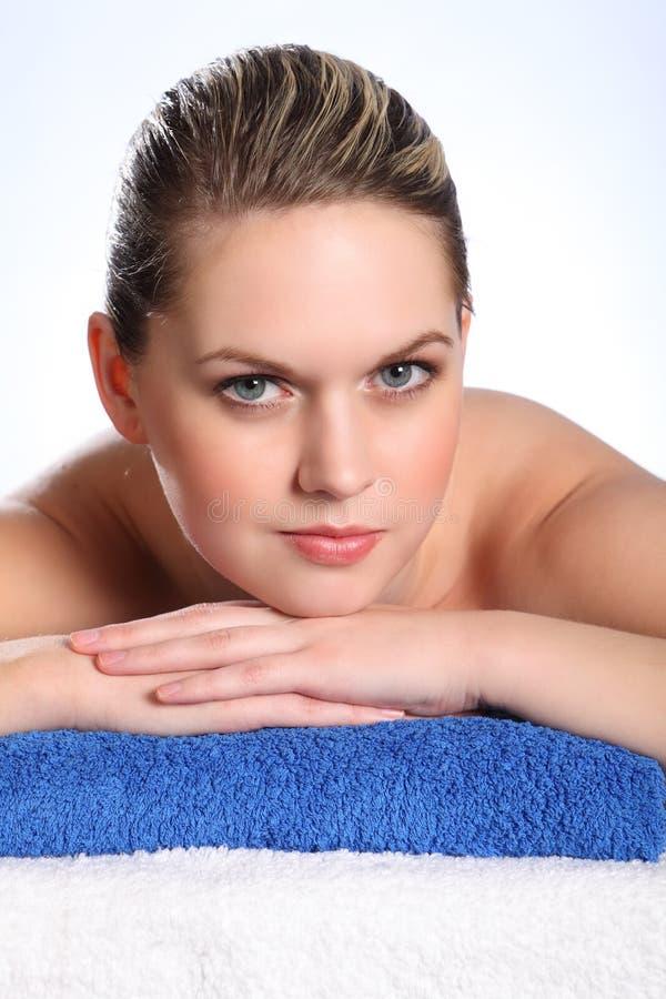 Belle femme dans la station thermale de santé pour la demande de règlement de beauté photos stock
