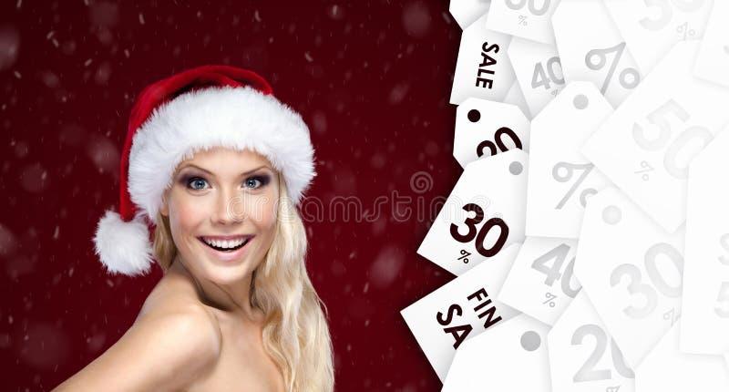 Belle femme dans le chapeau de Noël avec la bonne offre saisonnière images libres de droits
