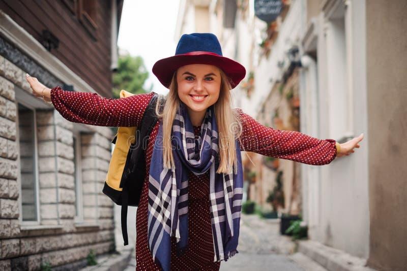 Belle femme dans le chapeau et la robe marchant dans la rue d'Istanbul, Turquie image stock