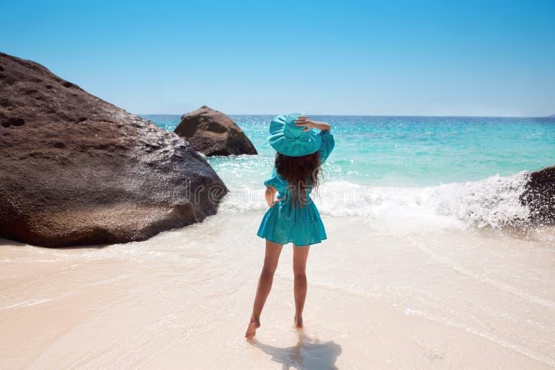 Belle femme dans le chapeau sur la plage Jeune apprécier de femelle ensoleillé photographie stock
