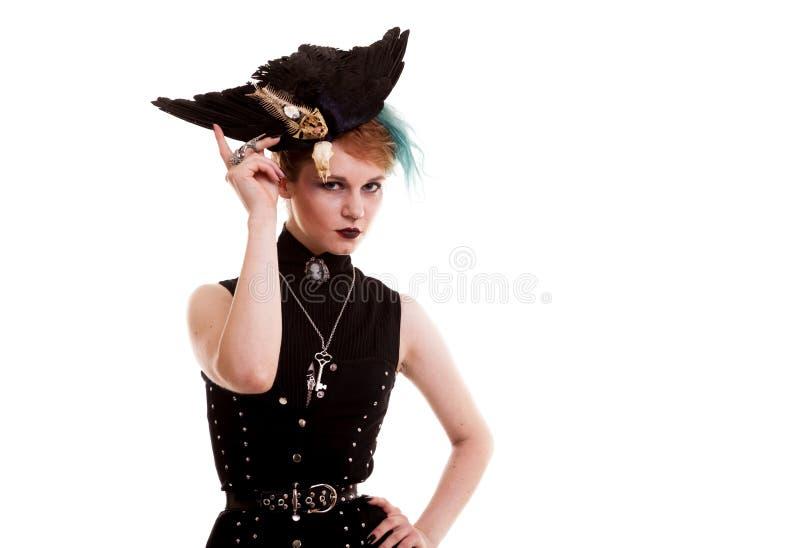 Belle femme dans le costume de pirate d'isolement au-dessus du fond blanc photographie stock libre de droits