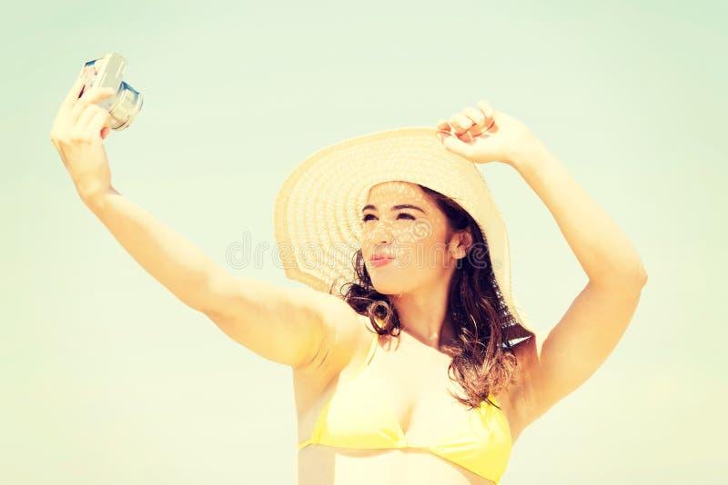 Belle femme dans le maillot de bain prenant le selfie images stock