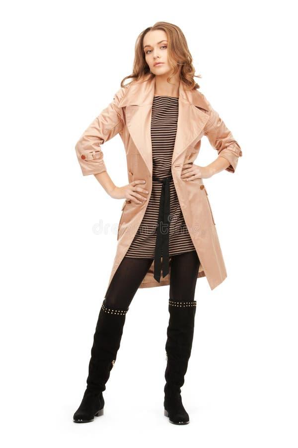 Belle femme dans le manteau photos stock
