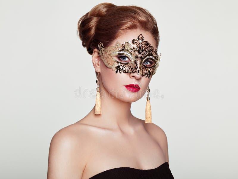 Belle femme dans le masque vénitien de mascarade photos libres de droits