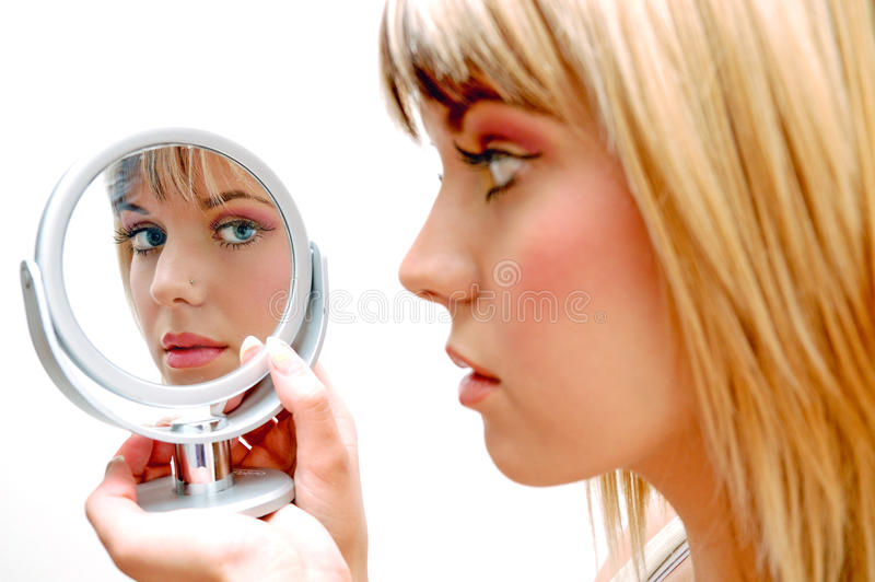 Belle femme dans le miroir photographie stock