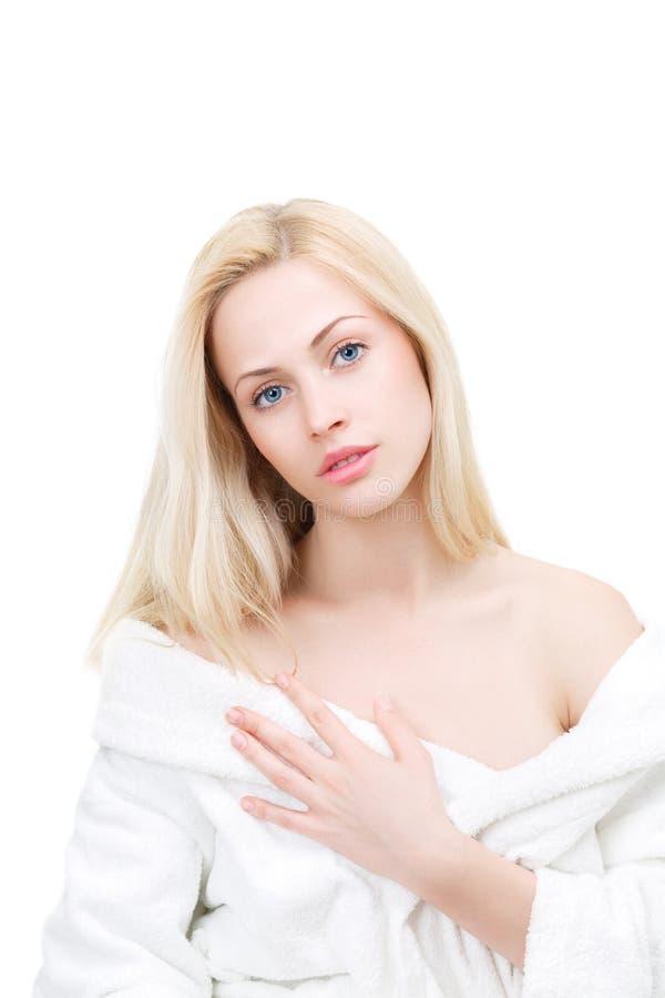 Belle femme dans le peignoir après traitement de station thermale de jour image stock