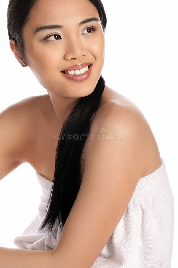 Belle femme dans le peignoir de tissu éponge photo stock