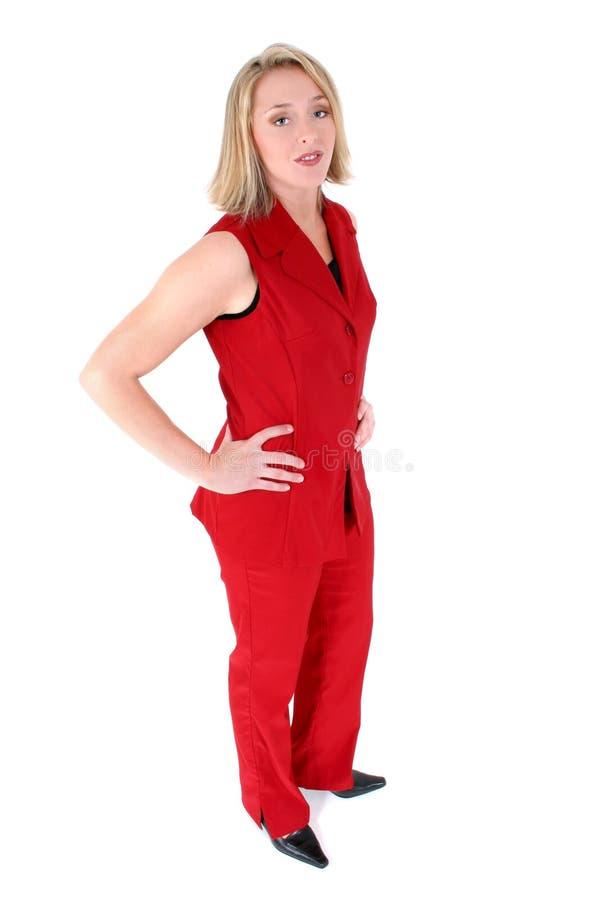 Belle femme dans le procès sans manche rouge d'affaires photos stock
