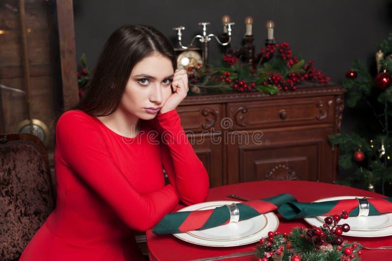 Download Belle Femme Dans Le Restaurant Avec L'intérieur Riche Photo stock - Image du attrayant, renivellement: 87701426