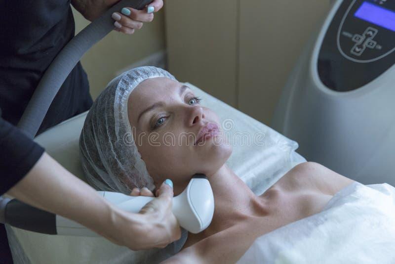 Belle femme dans le salon de beauté professionnel pendant la procédure de levage par radio image libre de droits